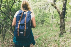 дівчина в лісі